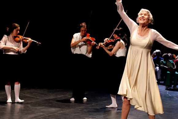 Großmutter, hüpf! (Foto: Kampnagel/Simone Scardovelli