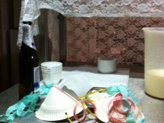 Was übrig blieb in der Anstalt: Kaffesahne, Papierhüte und warmes Bier (Bild: HHF)