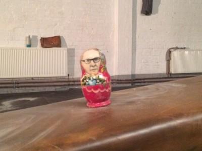 Viel Gutes in der Matroschka: Margot Honecker hat den Gatten immer bei sich. (Foto: HHF/NF)